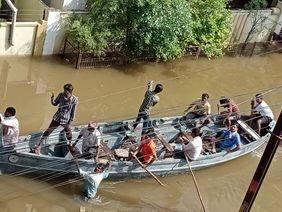 Flut Hochwasser Rettung mit dem Boot Indien