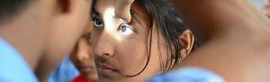 Augenuntersuchung bei einem Mädchen in Bangladesch