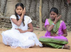 Yoga Kinder Indien Mädchen