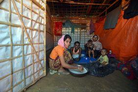 Rohingya-Familie in einer Hütte des Flüchtlingscamps