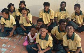Kinder mit Behinderungen in Indien sitzen auf dem Boden
