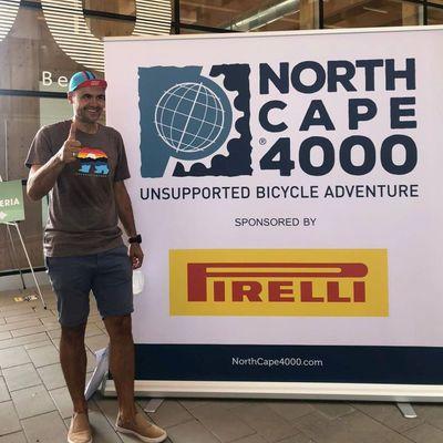Torsten Kühn-Schad vor dem offiziellen Banner der Nordcap-Tour