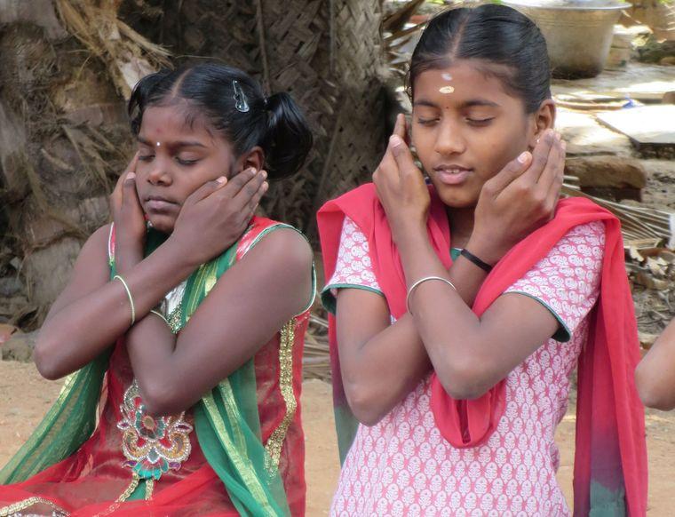 Mädchen in Indien machen Yoga