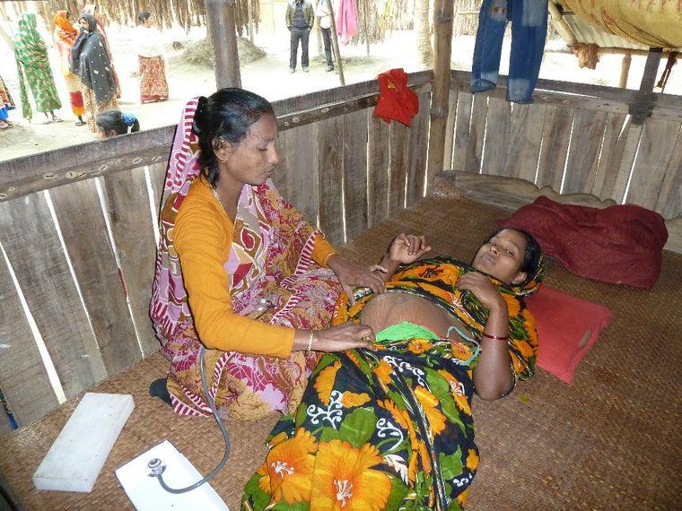Bangladesch: Hebammen retten Leben. Untersuchung einer schwangeren Frau.