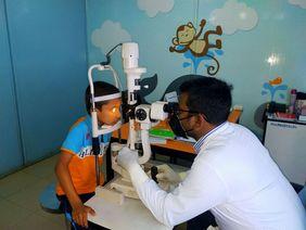 Kind Bangladesch Untersuchung Auge Corona