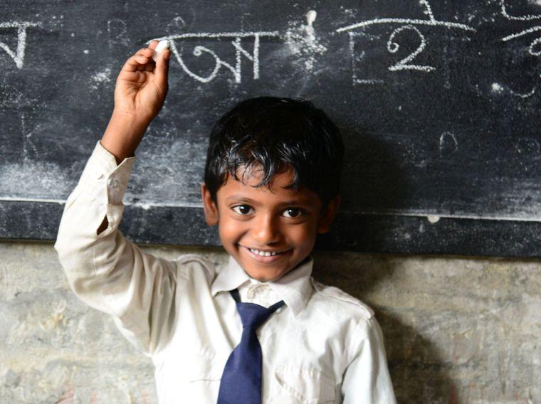 Regelmäßig spenden Kind in Schule