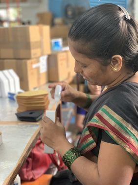 Frau arbeitet Indien Birdybox Zwitscherbox