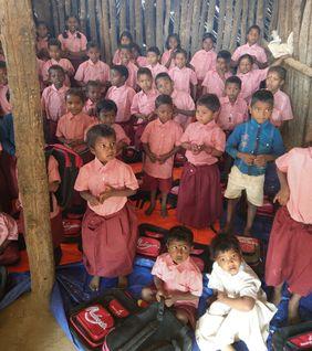 Die Schulen sind sehr einfach gebaut, bieten aber einen geschlossenen und geschützten Raum für den Unterricht.