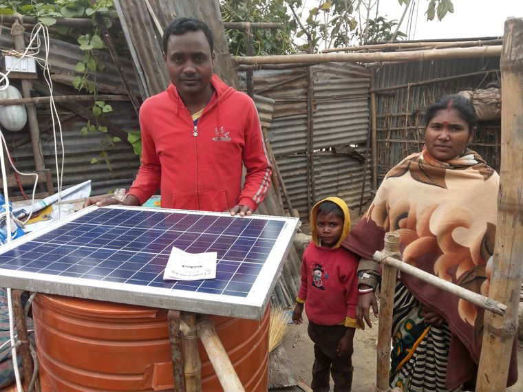 Ein von Naturstrom finanziertes Solarpanel wird vorbereitet.
