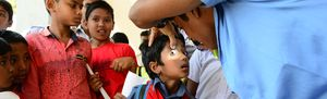 Augenuntersuchung bei einem Kind in Bangladesch