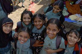 Fröhliche Mädchen in der Bundelkhand-Region (Indien). Diese Mädchen sollen ihre Kindheit nicht verlieren.