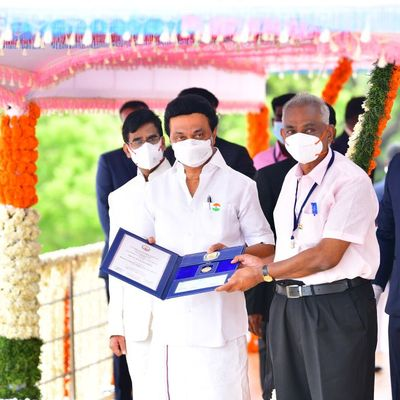 Preis wird übergeben an Professor Prabakar aus Tamil Nadu