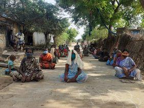 Indien: Frauen sitzen auf dem Boden