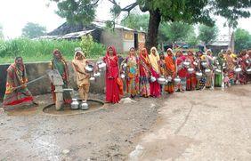 Wasserkrise in Indien: Frauen stehen lange an, um am Brunnen Wasser zu holen