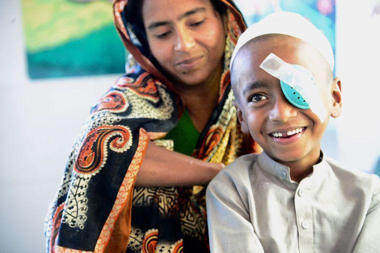 Abu mit seiner Mutter nach der Augenoperation
