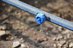 Ein Wassertropfen tropft aus dem Bewässerungssystem