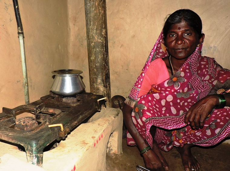 Frau in Indien kocht mit Biogas