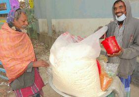 Ein Mann verkauft Puffreis in Bangladesch