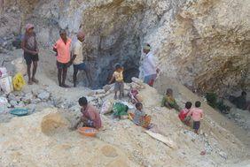 Früher hat die ganze Familie nach Mica gesucht. Die harte und gesundheitsschädliche Kinderarbeit konnte gestoppt werden.