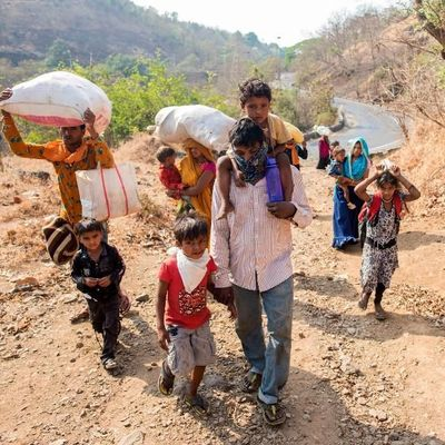 Corona Indien : Menschen tragen Lebensmittelpakete