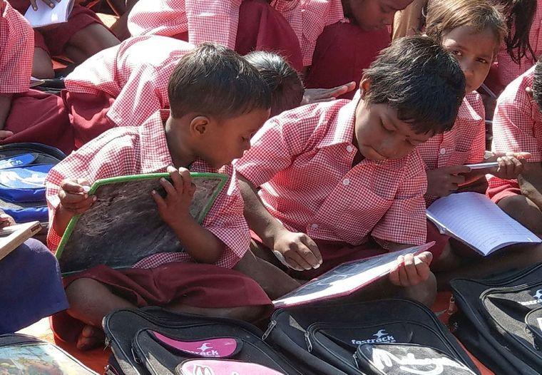 Bildung für Kinder: Diese Kinder gehen zur Schule.
