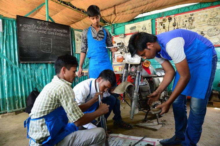 reparieren Motorrad junge Männer Unternehmen Bangladesch spenden